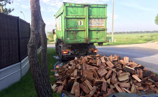Bois de chauffage sec livré en vrac par camion benne
